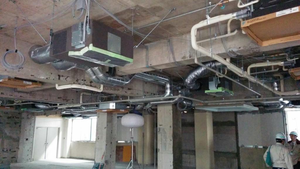 公民館大会議室(2F)天井に空調機が設置されていました。