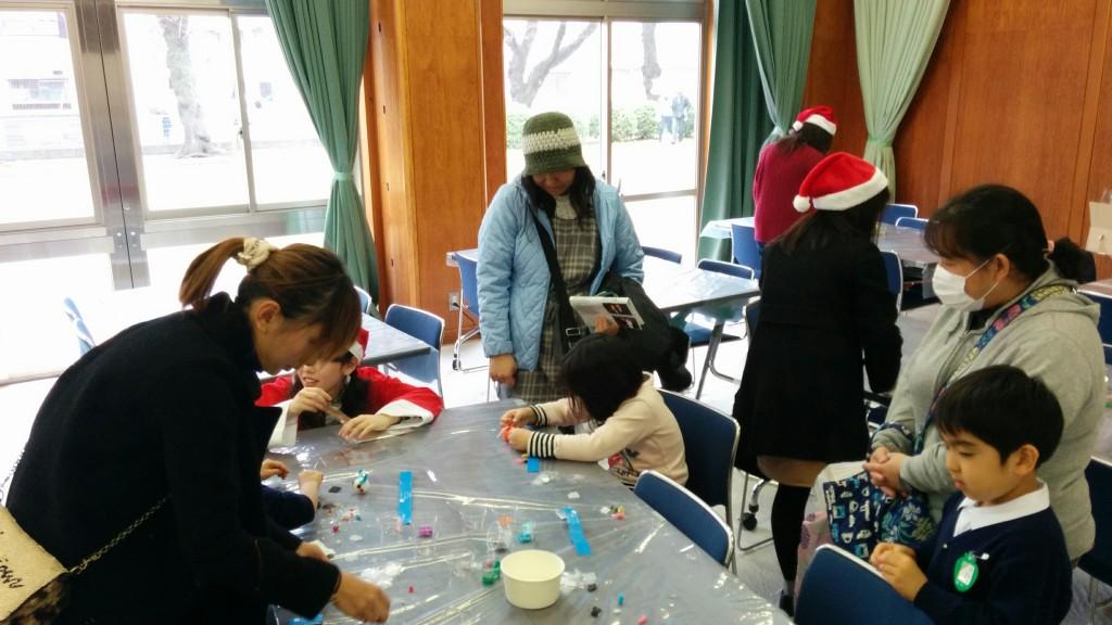 女子美術大学生と一緒にクリスマスキャンドルづくり